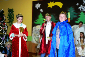 Przedstawienie, które wystawiły dzieci, składało się między innymi z jasełek. PROMOCJA KŁOBUCK/SP NR 2 KŁOBUCK